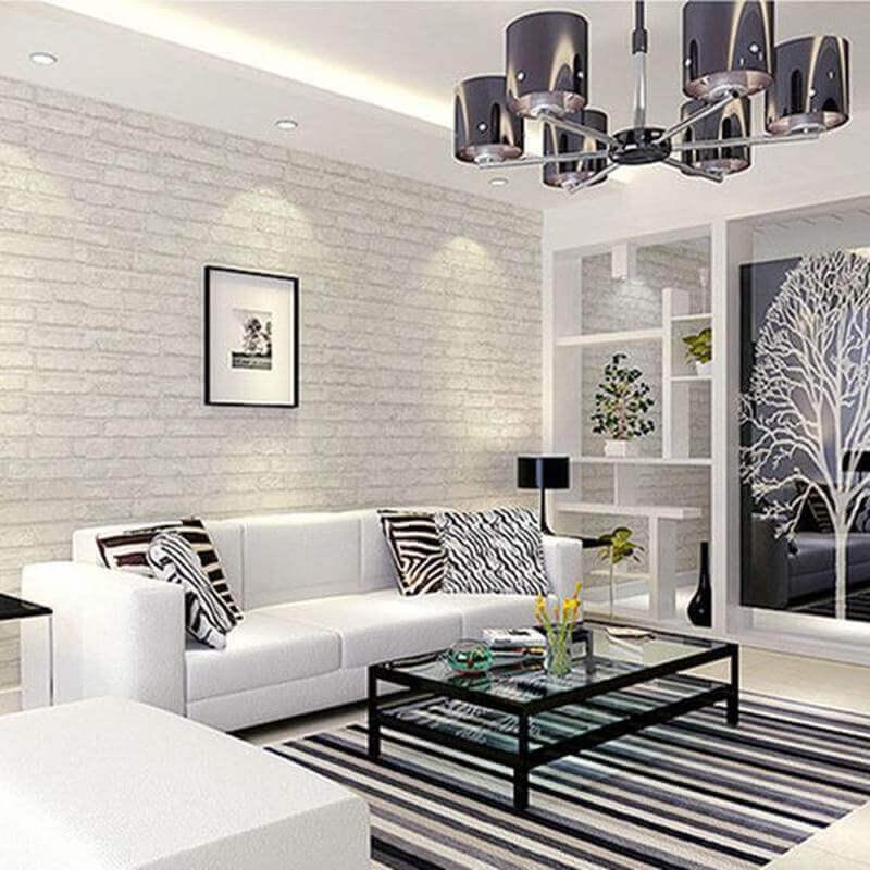 sala branca decorada com tapete listrado e papel de parede tijolinho branco Foto Cheerhuzz Home Design