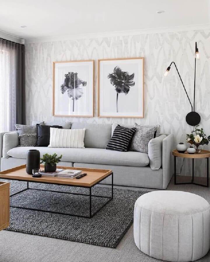 sala cinza decorada com mesa de centro industrial Foto Blanco Interiores