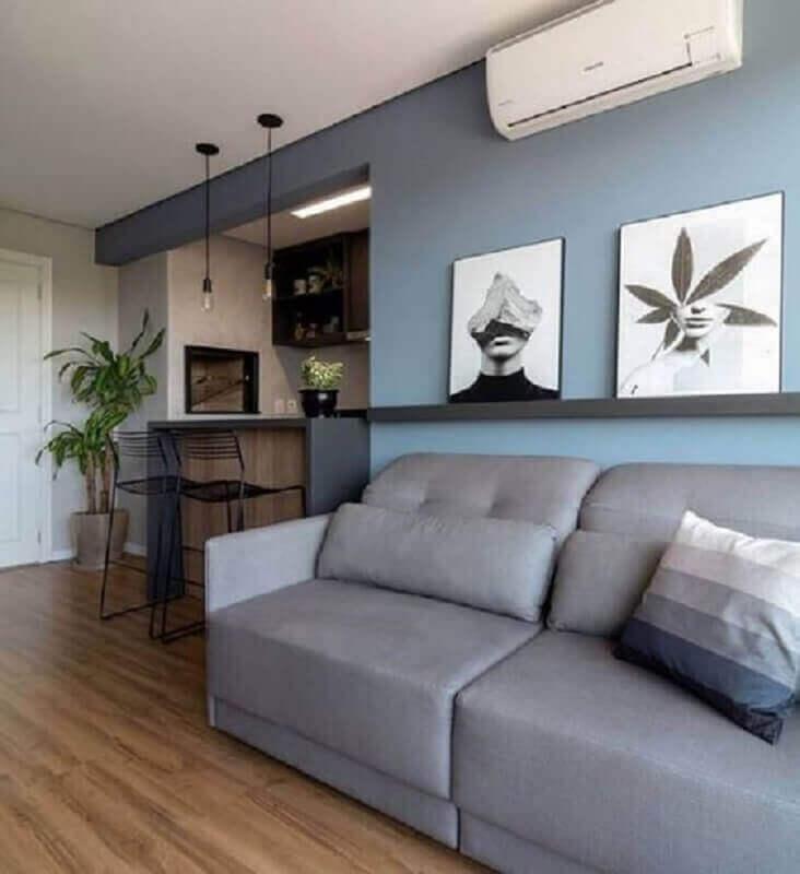 sala cinza e azul decorada com prateleira para quadros Foto Pinterest