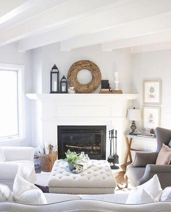 Sala clássica com lareira de canto