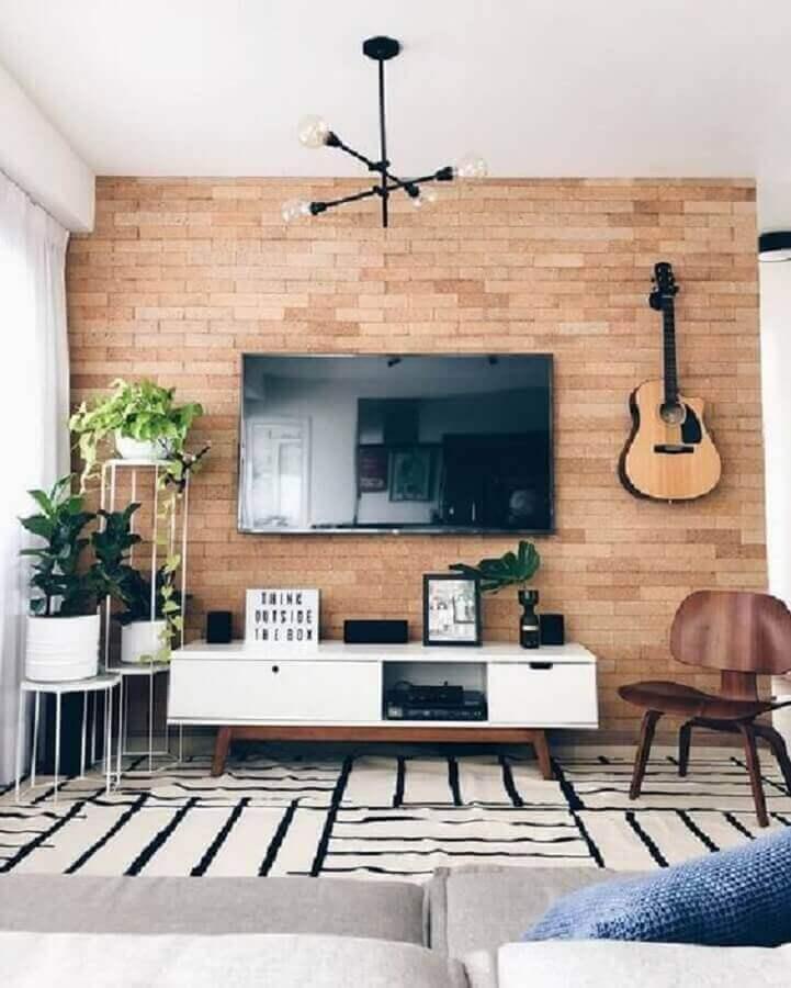 sala com TV na parede de tijolinho com rack retrô Foto Pinterest