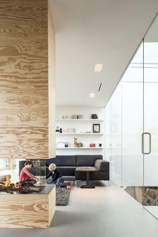 Sala de estar confortável com lareira de canto