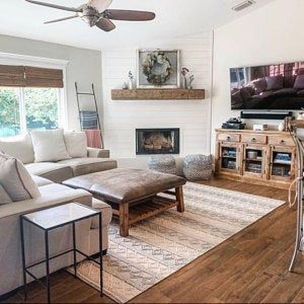Sala moderna com lareira pequena de canto