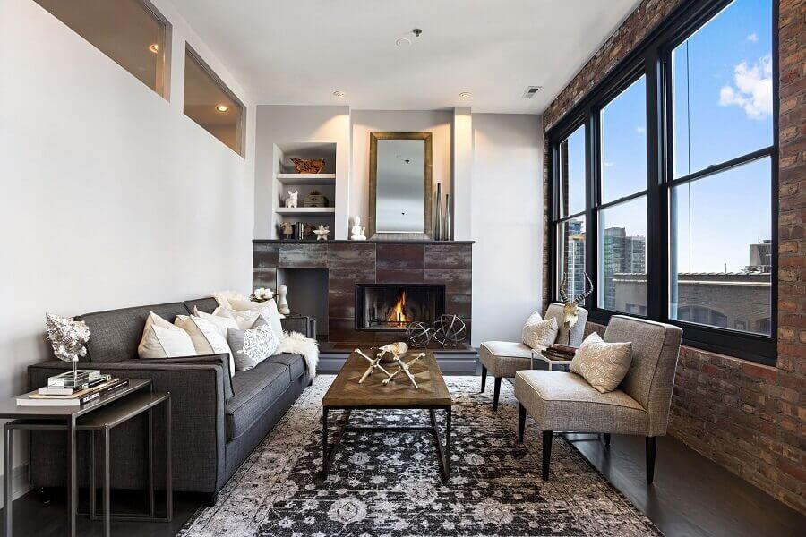 sala com lareira decorada com mesa de centro industrial e parede de tijolinho à vista Foto Home Fashion Trend