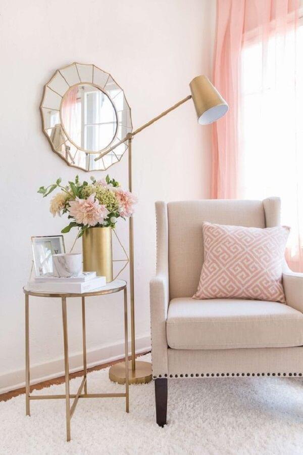 sala cor de rosa charmosa decorada com luminária de chão para leitura Foto Apartment Therapy