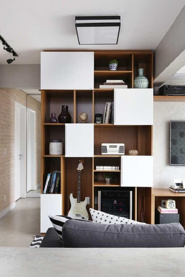 sala de TV decorada com estante de nichos Foto Casa de Valentina