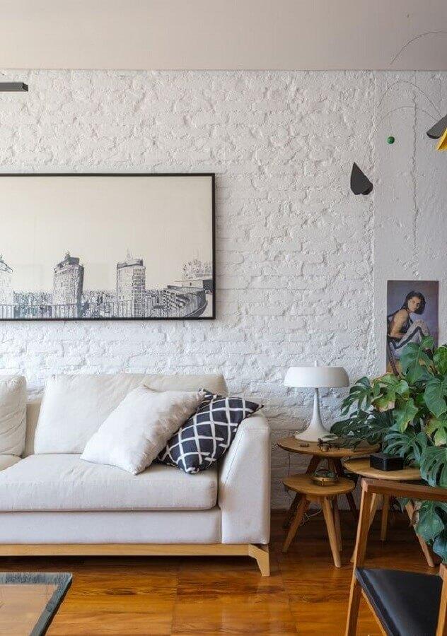 sala de estar decorada com parede de tijolinho branco rústica Foto Histórias de Casa
