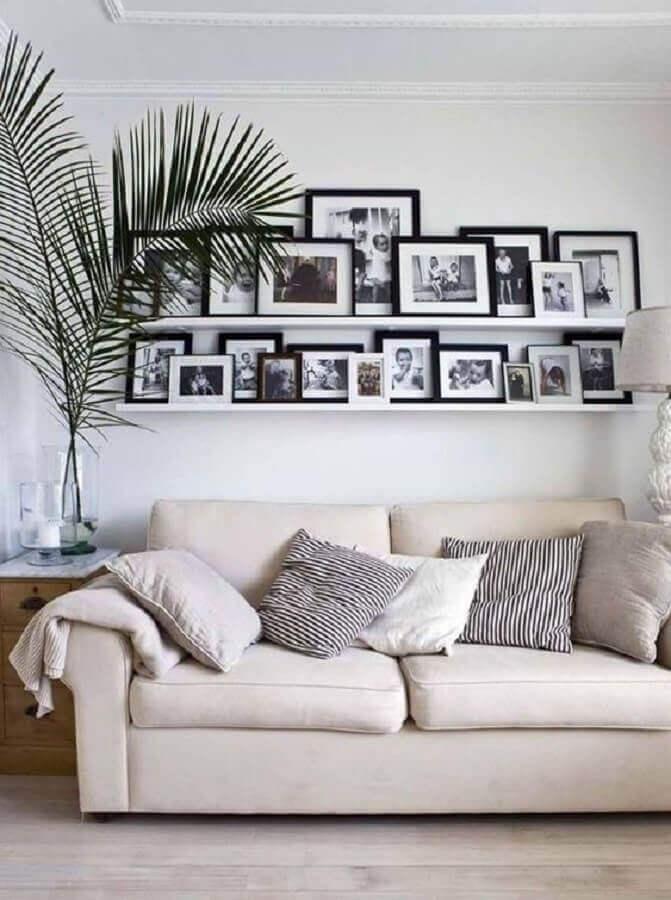 sala de estar decorada com prateleira para fotos e quadros Foto Côté Maison