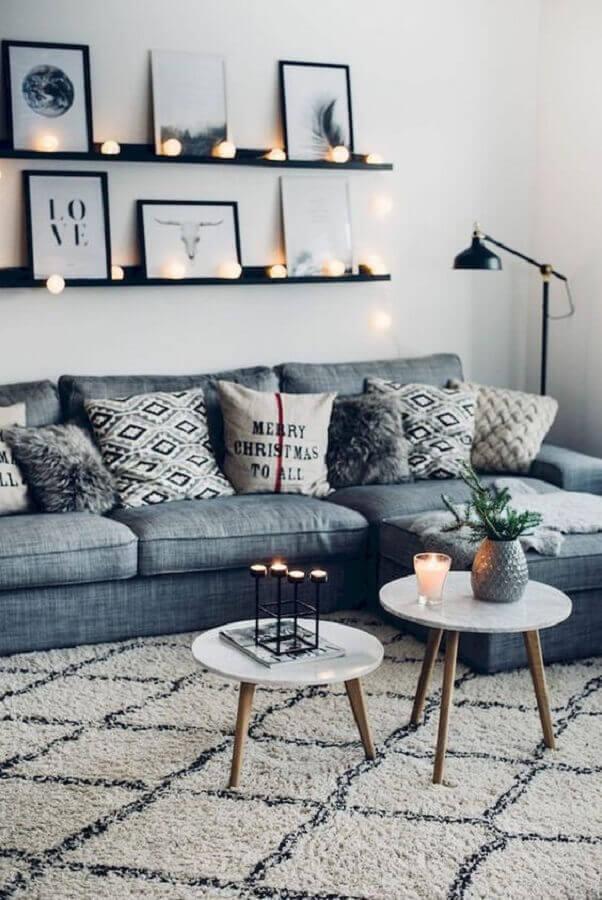 sala de estar decorada com sofá cinza e prateleira preta para quadros Foto DecoHolic