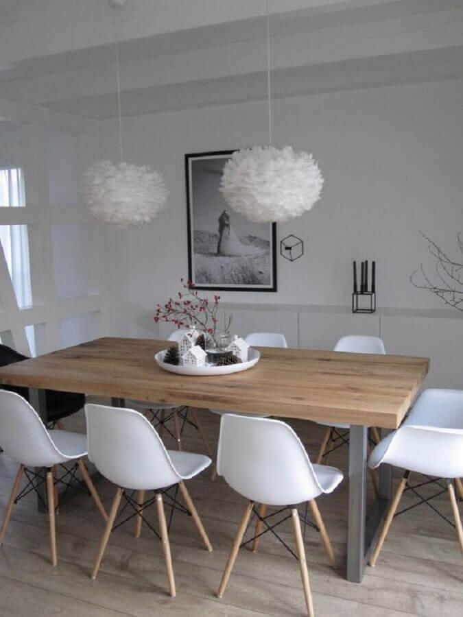 sala de jantar branca decorada com mesa industrial Foto Pinterest