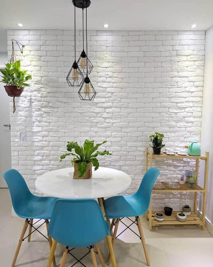 sala de jantar clean decorada com cadeiras azuis e parede de tijolinho branco Foto Nosso Apê 103