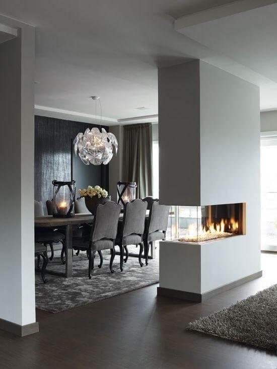 Sala de jantar com lareira de canto
