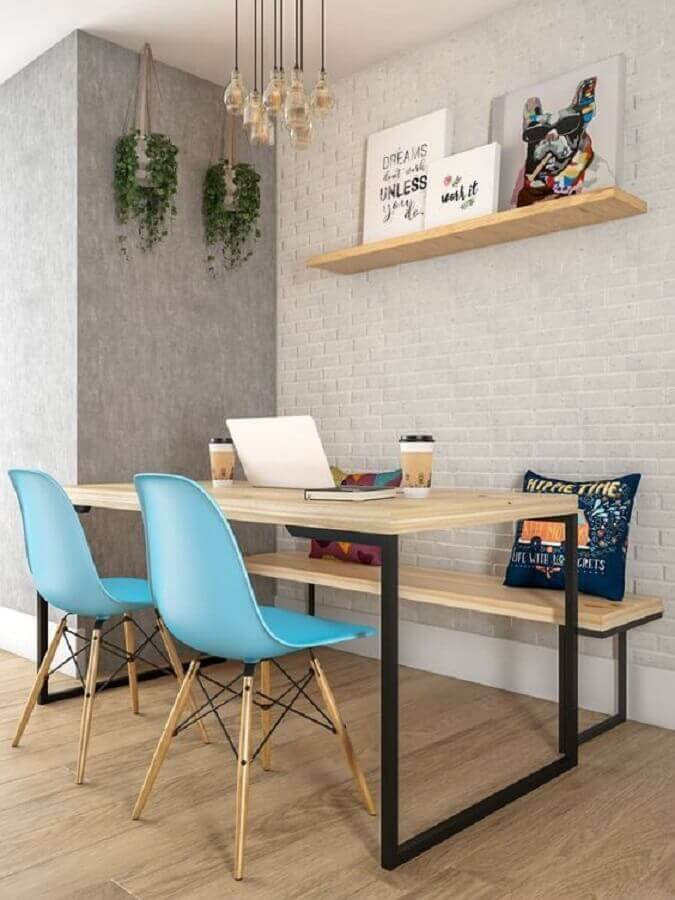 sala de jantar decorada com cadeiras azuis para mesa industrial com banco Foto Conexão Decor