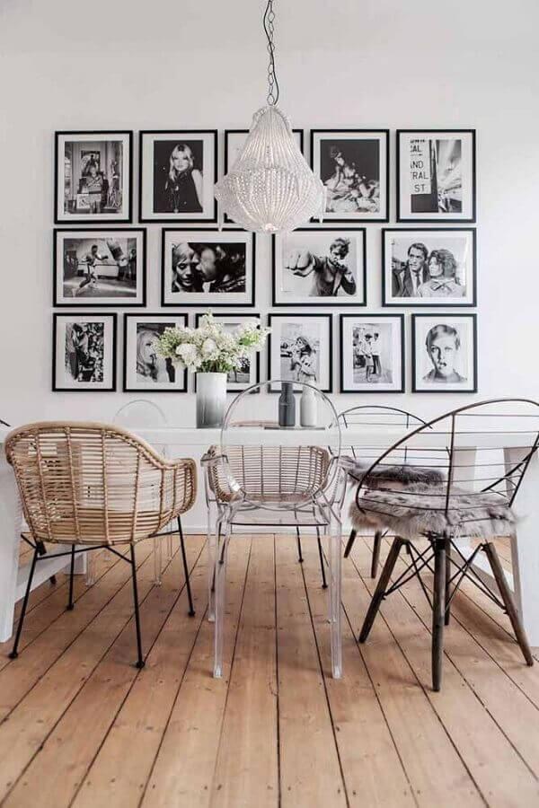 sala de jantar decorada com cadeiras diferentes e vários quadros para parede branca Foto Jeito de Casa