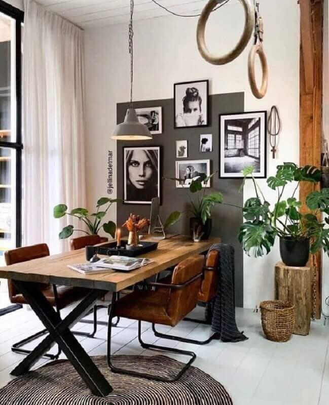 sala de jantar decorada com mesa industrial e quadros para parede Foto Pinterest