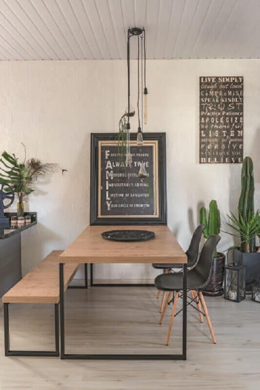 sala de jantar decorada com vasos de plantas e mesa industrial com banco Foto Pinterest