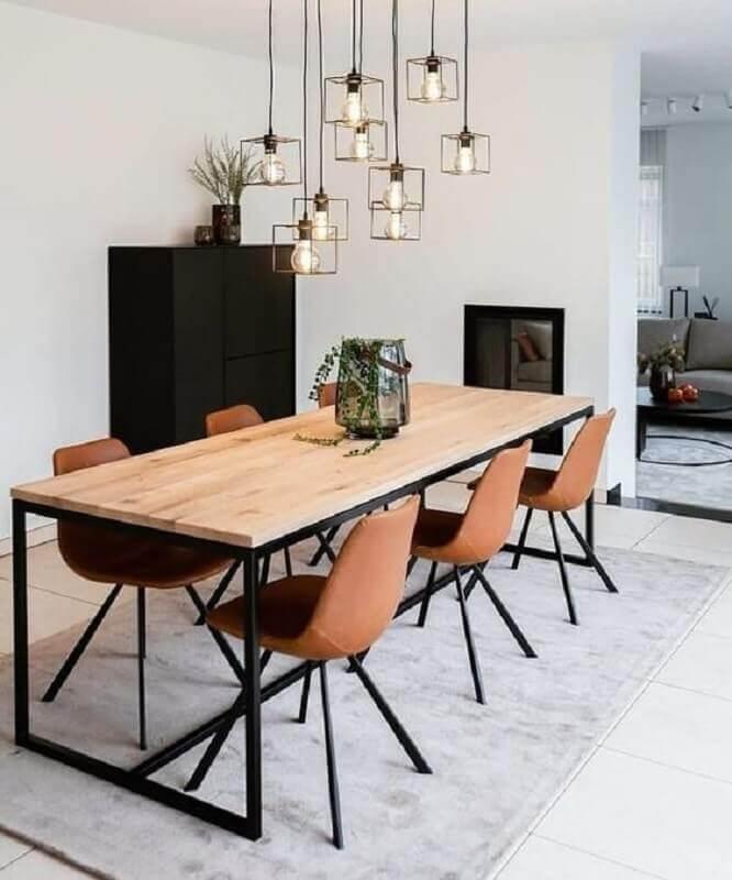 sala de jantar minimalista decorada com mesa de jantar estilo industrial Foto Jeito de Casa