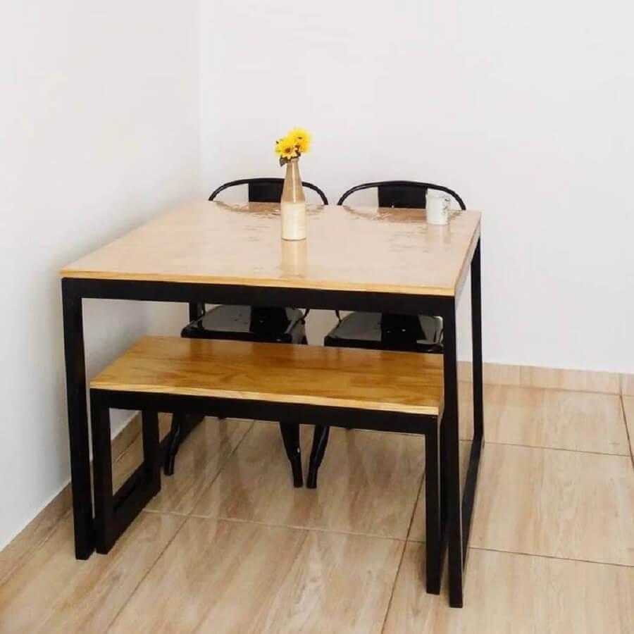 sala de jantar pequena e simples decorada com mesa industrial com banco Foto Cris Andrade
