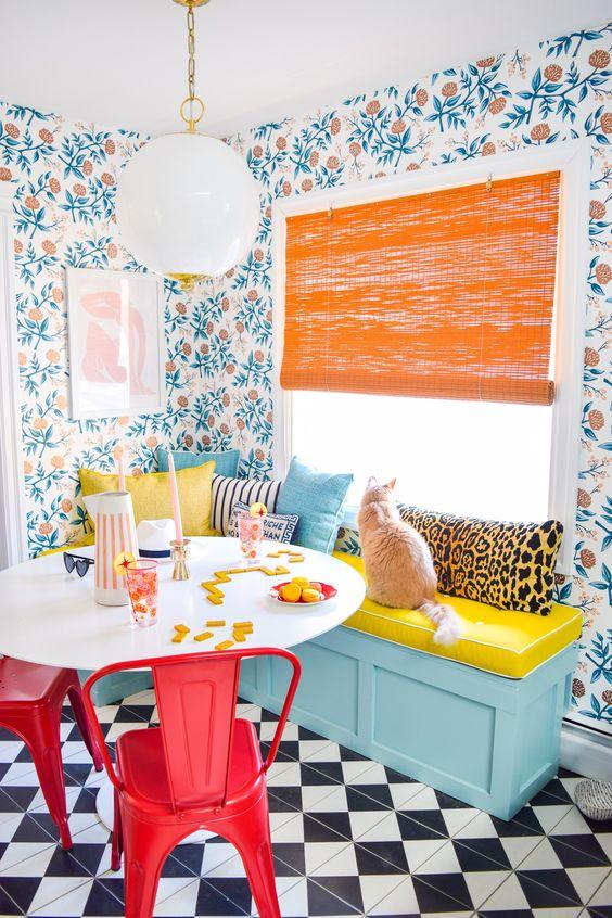 Sala retrô colorida com papel de parede estampada