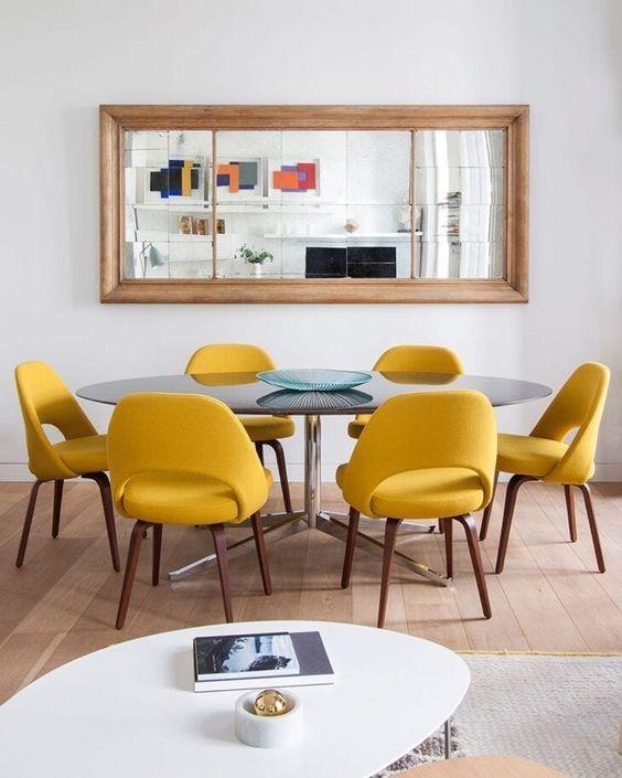 Sala de jantar retrô com cadeiras amarelas