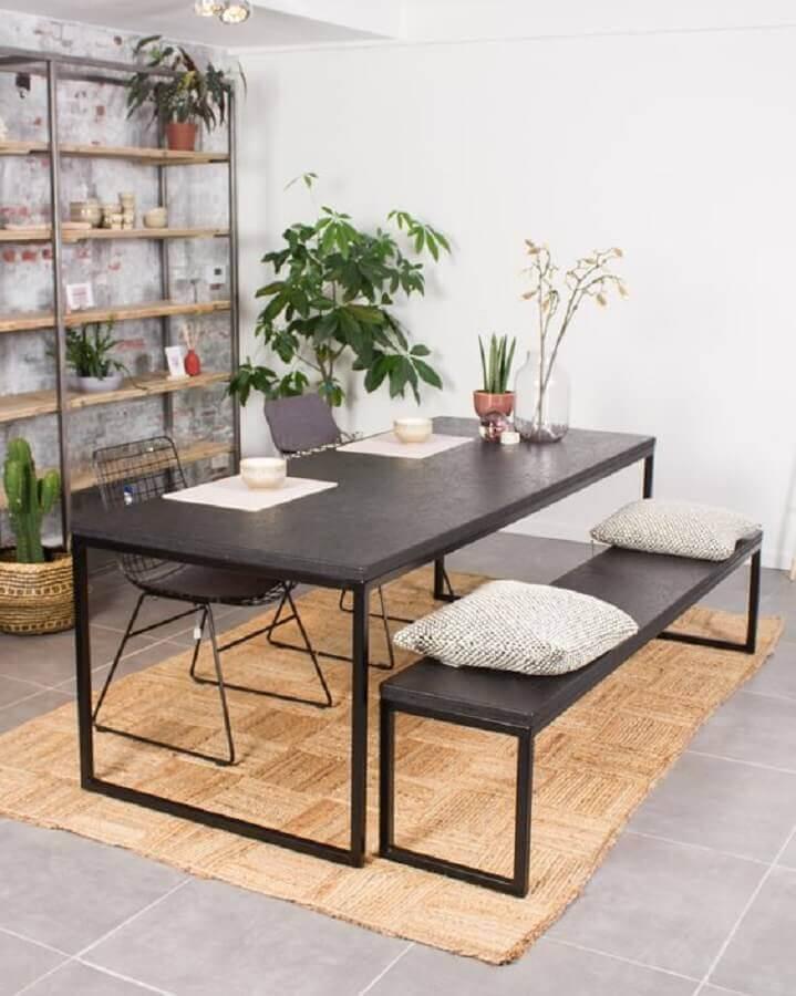 sala de jantar simples decorada com mesa industrial com banco preta Foto PURE Wood Design