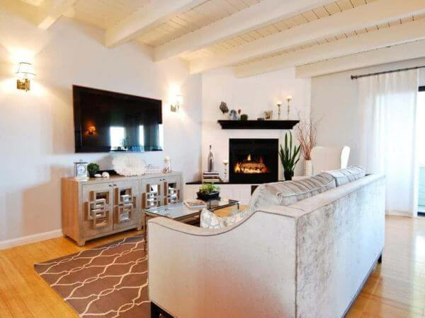 Sala de TV com lareira de canto clássica