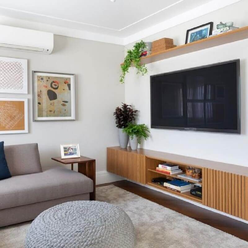 sala decorada com TV na parede sem painel Foto Jeito de Casa