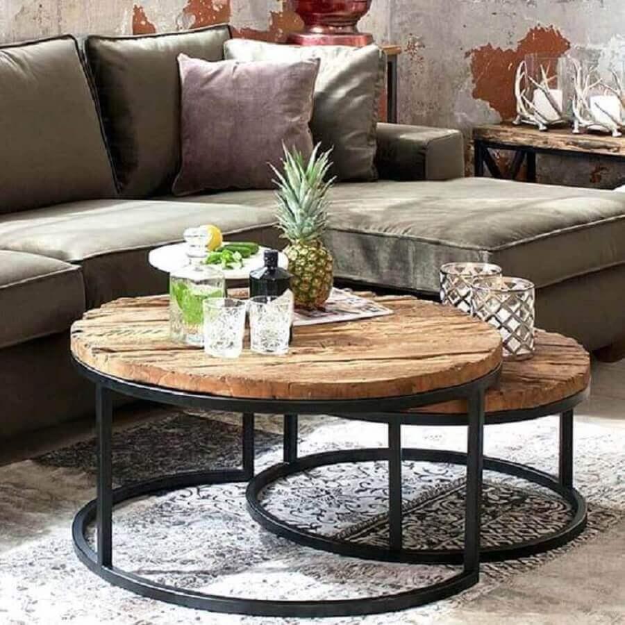 sala decorada com mesa de centro industrial redonda com tampo de madeira rústica Foto Pinterest