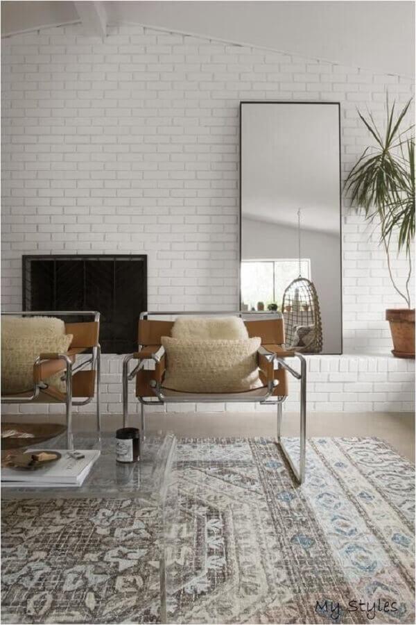 sala decorada com parede de tijolinho a vista e poltronas modernas branco Foto Etsy