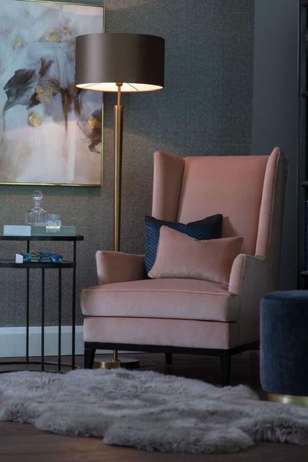 sala decorada com poltrona rosa e luminária de chão para leitura Foto The Sofa & Chair Company