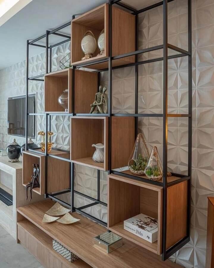 sala decorada com revestimento 3d e estante de ferro com nichos de madeira Foto Patrick Enock