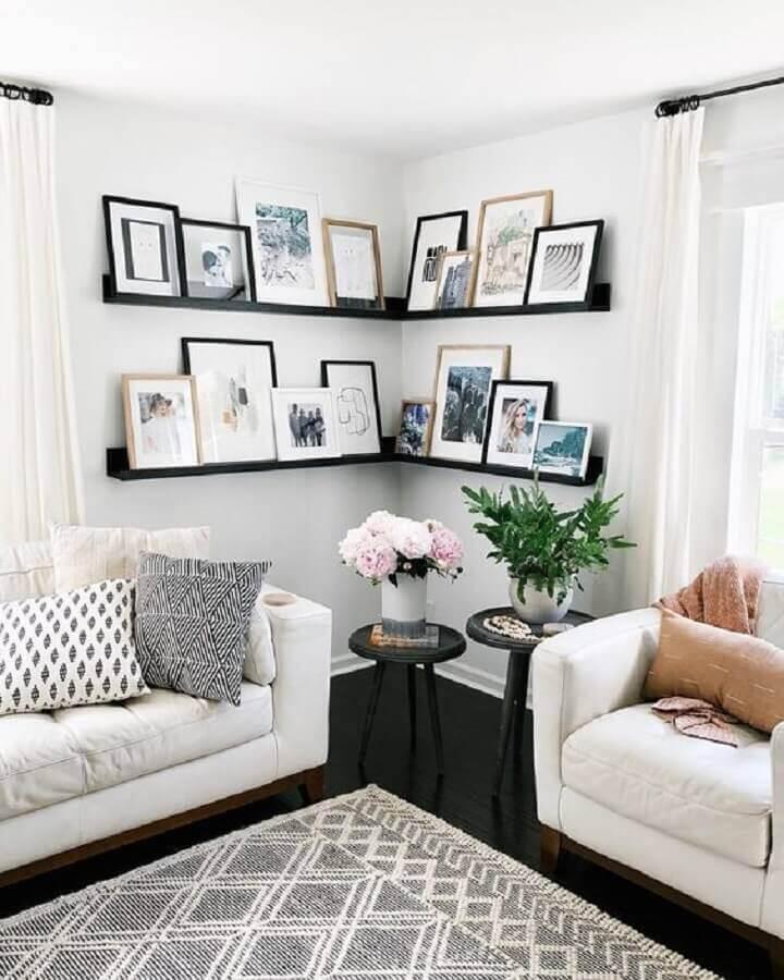 sala decorada com sofá branco e prateleira de canto para quadros Foto Pinterest