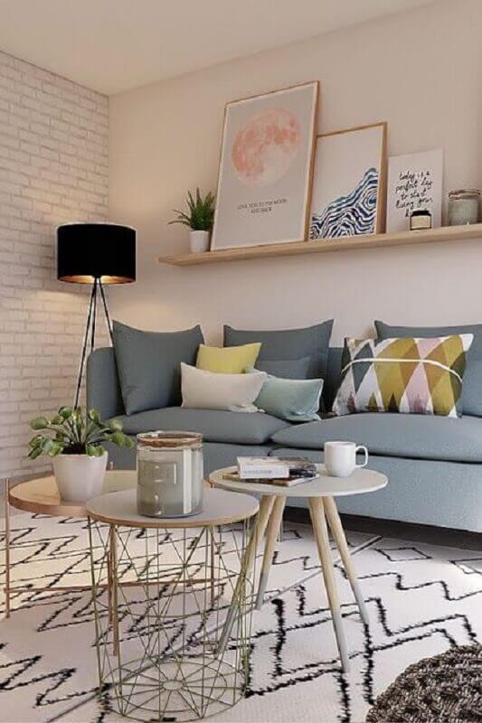 sala decorada com sofá cinza e prateleira para quadros de madeira Foto Jeito de Casa