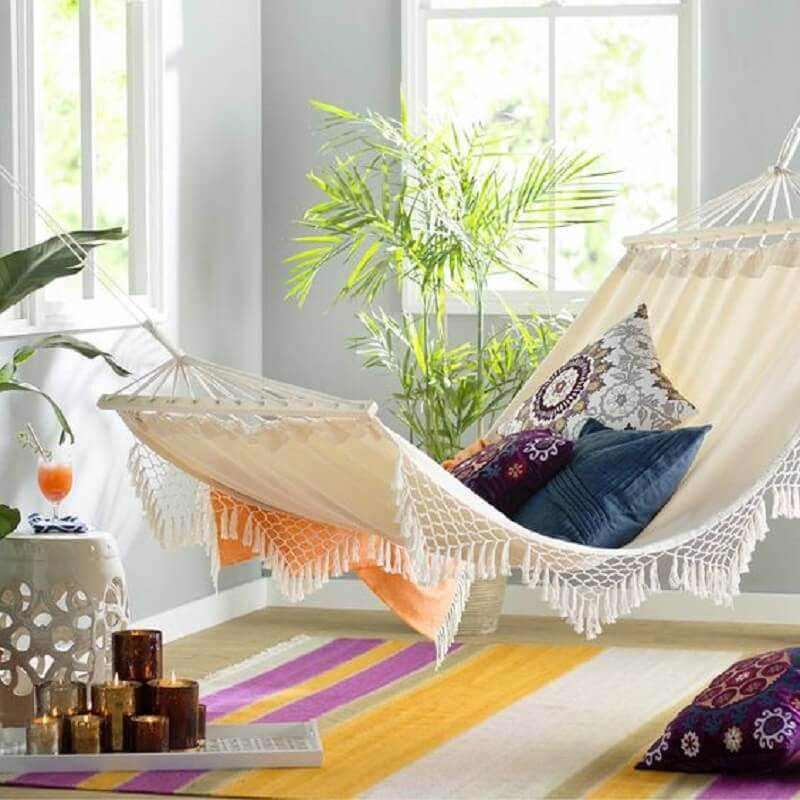 sala decorada com tapete colorido e rede de descanso americana Foto Apartment Therapy