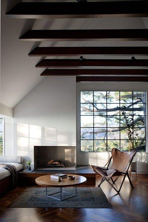 Sala moderna com lareira de canto