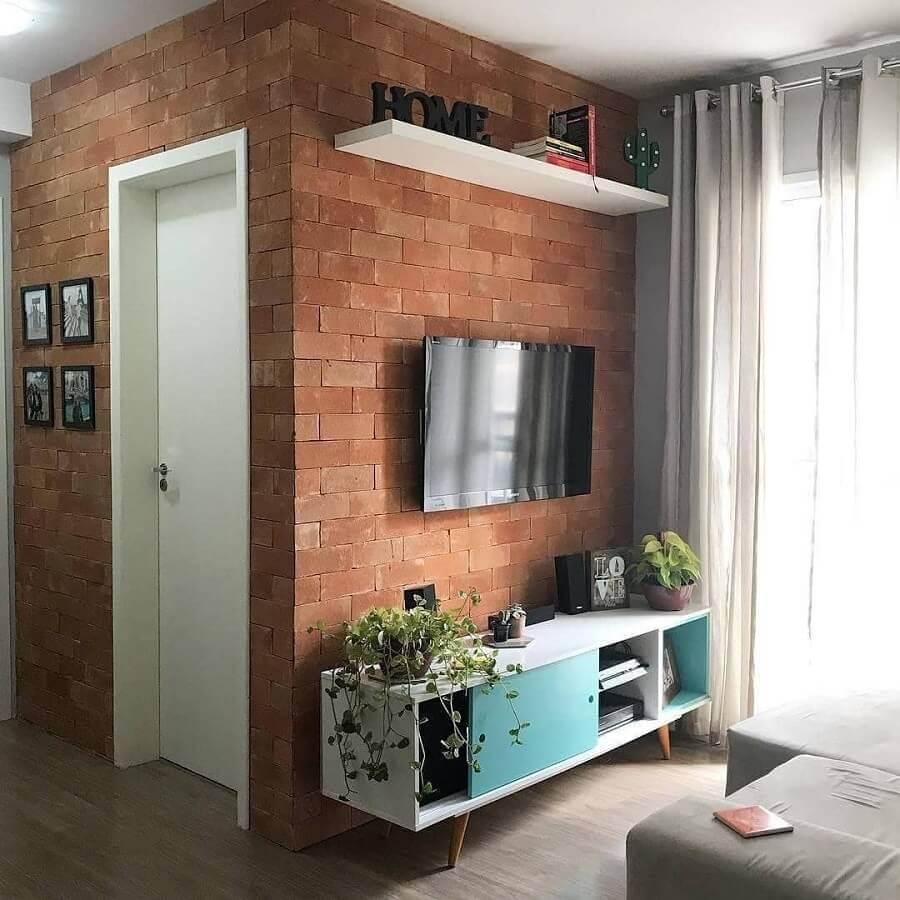 sala pequena decorada com TV direto na parede de tijolinho à vista Foto Pinterest