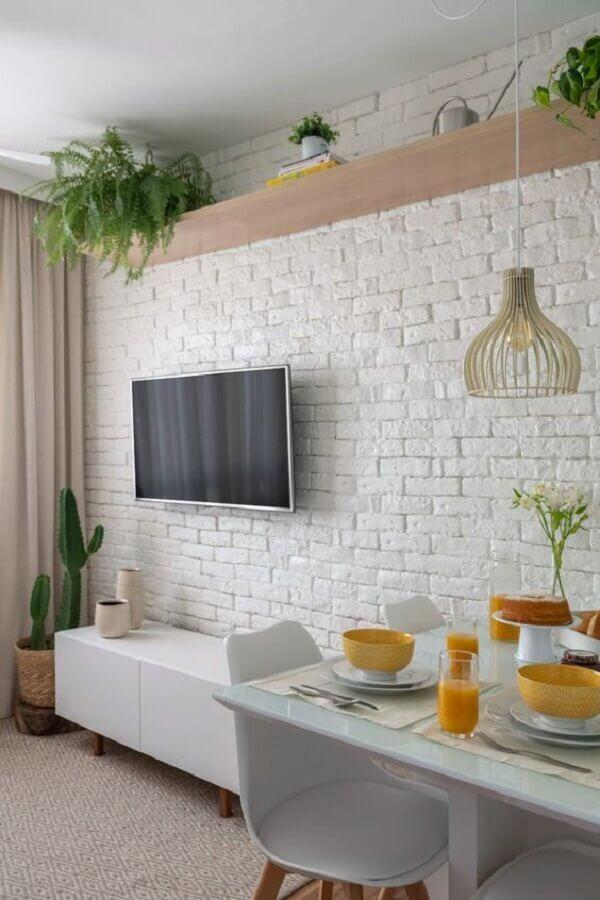 sala pequena decorada com TV na parede sem painel Foto Pinterest