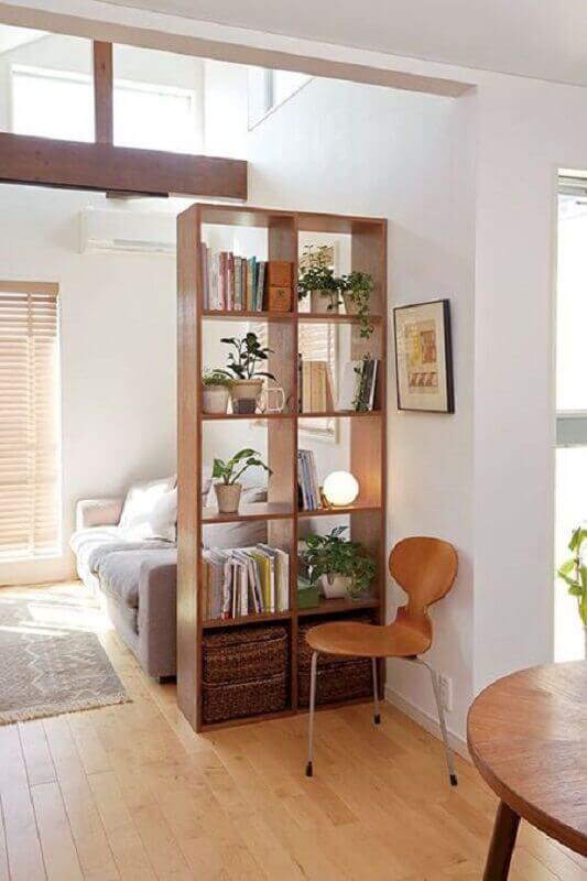 sala pequena decorada com estante de nichos vazados de madeira Foto Pinterest
