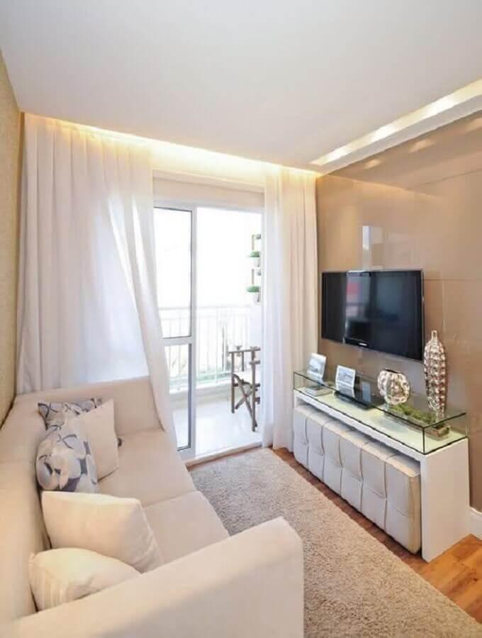 sala pequena decorada com sofá branco e tv na parede Foto Houzz