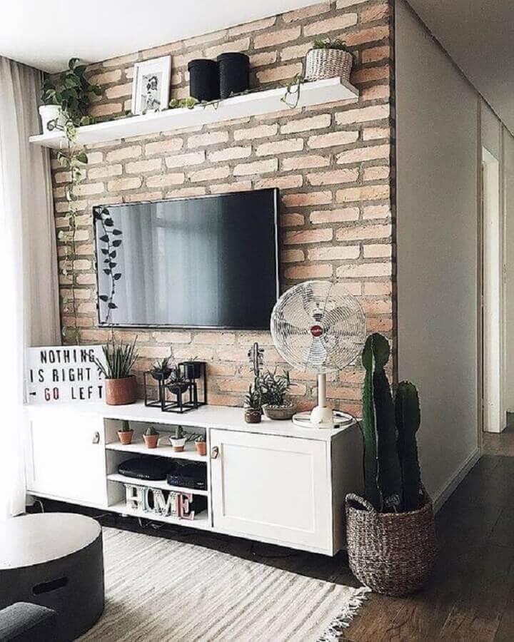 sala pequena decorada com tv na parede de tijolinho à vista Foto Casa de Valentina