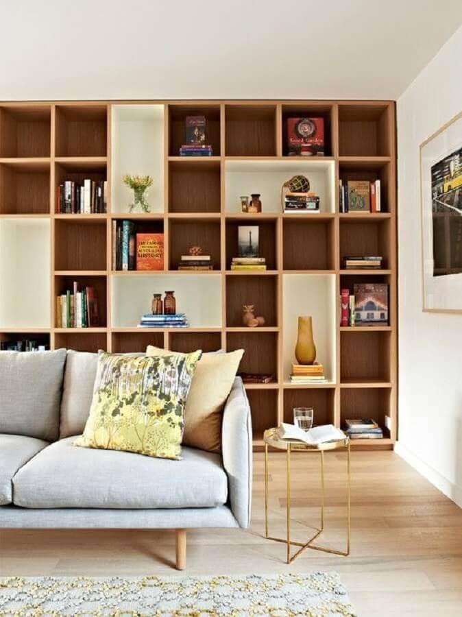 sala planejada decorada com estante de nichos de madeira Foto Casa de Valentina