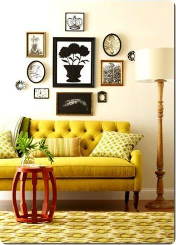 Sala de estar retrô com sofá amarelo
