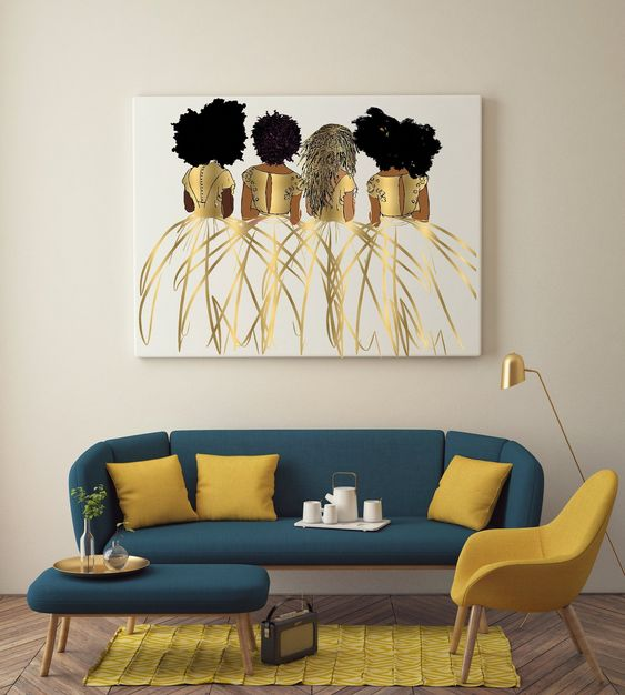 Sofá azul e amarelo na sala retrô