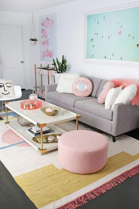Sala retrô clean em tons de cinza e rosa claro