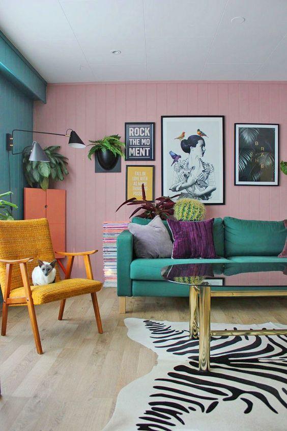 Sala retrô colorida com poltrona amarela