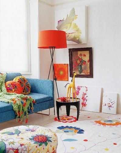 Sala retrô com abajur laranja