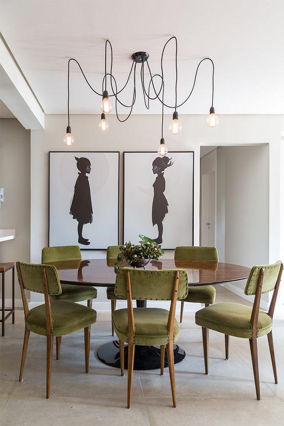 Mesa de jantar retrô com lustre industrial