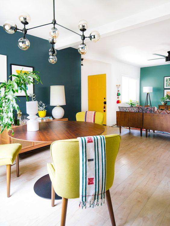 Sala retrô com móveis de madeira e decoração colorida