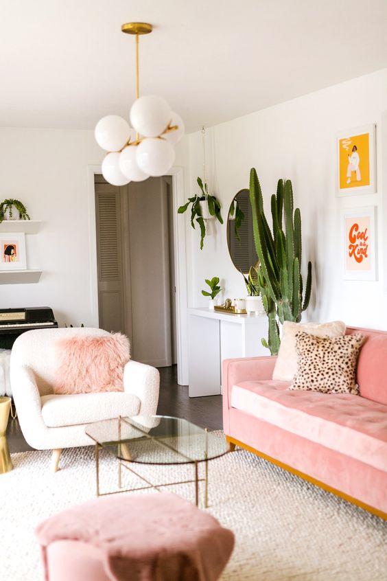 Sala retrô com sofá rosa e poltronas branca