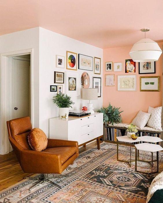 Sala retrô com poltrona de couro